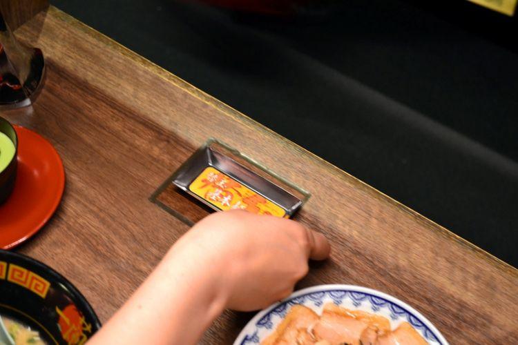 """Taruh papan """"kaedama"""" dekat tombol untuk memanggil pelayan."""