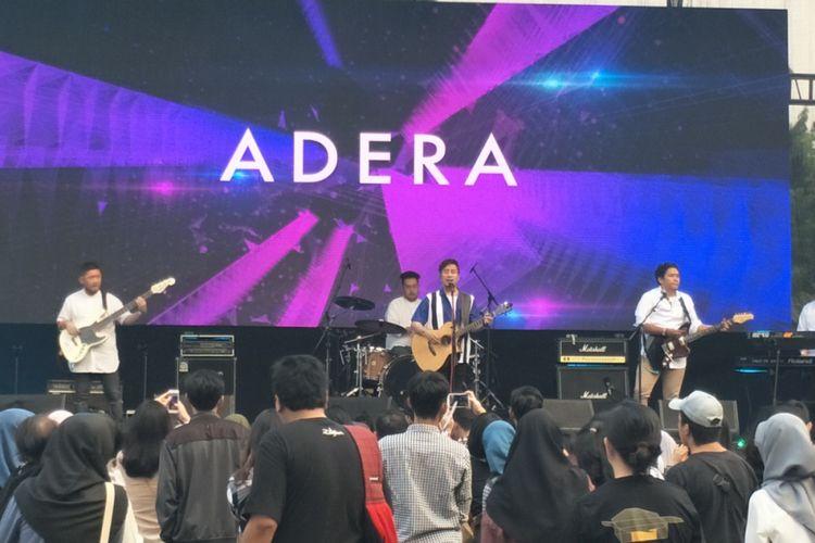 Adera tampil dalam On Off Festival di Gandaria City, Jakarta Selatan, Minggu (12/8/2018).