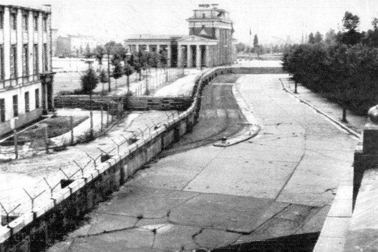 Tembok Berlin menapaki jalan melalui kota Berlin