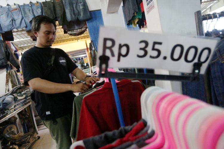 47098ff97d9 Pengunjung berburu pakaian bekas dan bermerek di Pasar Poncol Senen,  Jakarta, Selasa (14
