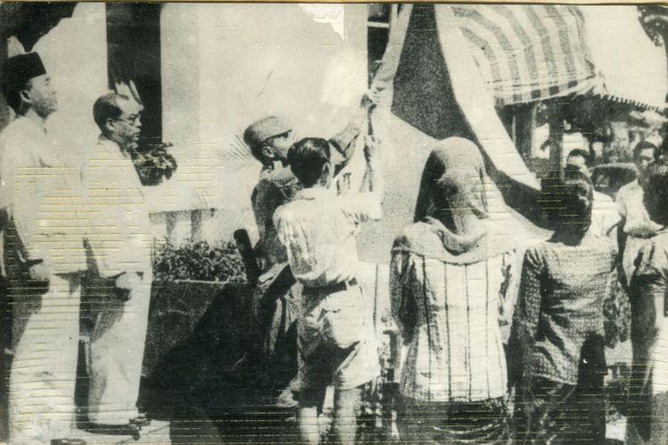 Bung Karno: Biar Adis Saja yang Mengibarkan Bendera...