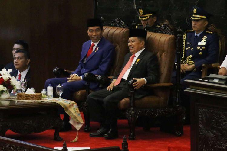 Presiden Joko Widodo (kiri) dan Wakil Presiden Jusuf Kalla saat menghadiri sidang tahunan Majelis Permusyawaratan Rakyat Republik Indonesia Tahun 2018 di Kompleks Parlemen, Senayan, Jakarta, Kamis (16/8/2017). Presiden Joko Widodo menyampaikan pidato, yakni pidato kenegaraan dalam rangka Hari Ulang Tahun RI ke 73.