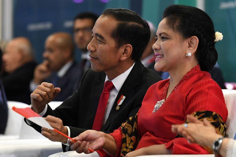 Presiden Joko Widodo (kiri) didampingi Ibu Negara Iriana Joko Widodo (kanan) berjoged saat penyanyi Via Vallen membawakan lagu Meraih Bintang pada Upacara Pembukaan Asian Games ke-18 Tahun 2018 di Stadion Utama GBK, Senayan, Jakarta, Sabtu (18/8). INASGOC/Puspa Perwitasari/Spt/18