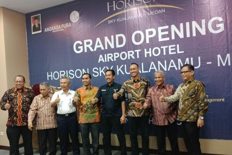Presiden Direktur PT Angkasa Pura II (Persero) Muhammad Awaluddin didampingi Executive General Manager Bandara Internasional Kualanamu, Arif Darmawan, serta Direktur Utama PT Angkasa Pura Propertindo, Wisnu Rahardjo saat meresmikan Hotel Horison Sky, Jumat (24/8/2018)