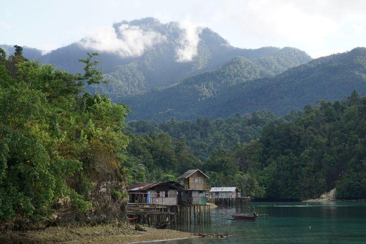 Teluk Sarawondori di Kepulauan Yapen, Papua, Minggu (19/8/2018), dikelilingi perbukitan berwarna hijau.