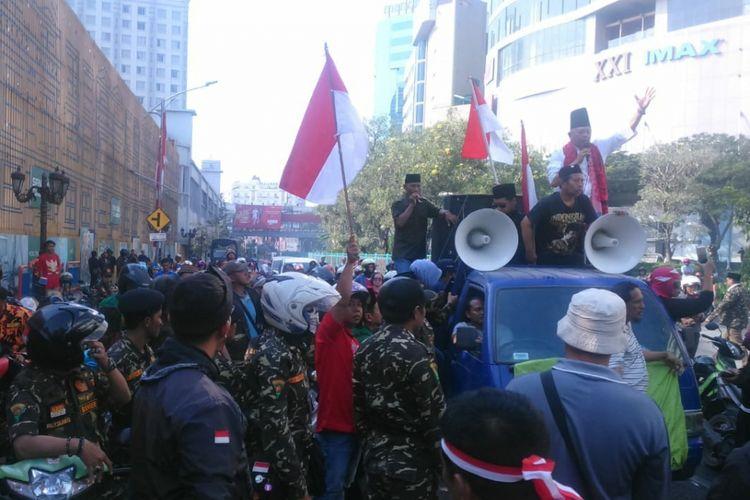 Massa Tolak Deklarasi Ganti Presiden di Surabaya menghadang Ahmad Dhani di depan Hotel Majapahit