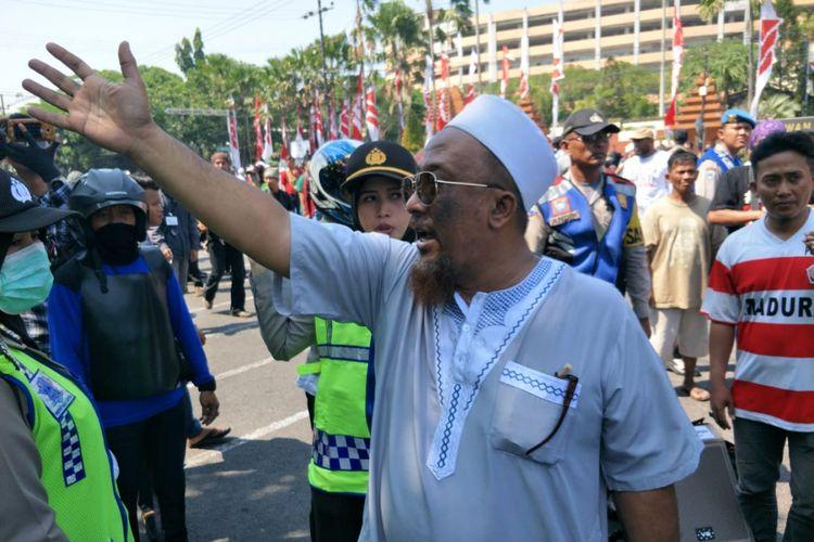 Pengurus masjid mengusir massa kedua kubu di Surabaya