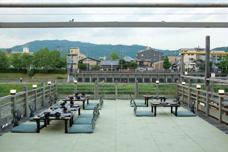 Restoran ini menyediakan 40 kawadoko