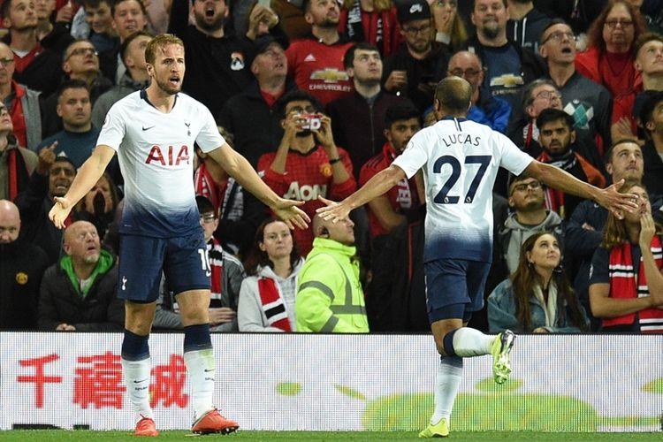 Penyerang Tottenham Hotspur, Harry Kane (kiri), merayakan gol yang dicetak bersama Lucas Moura dalam laga Liga Inggris kontra Manchester United di Stadion Old Trafford, Manchester pada 27 Agustus 2018.