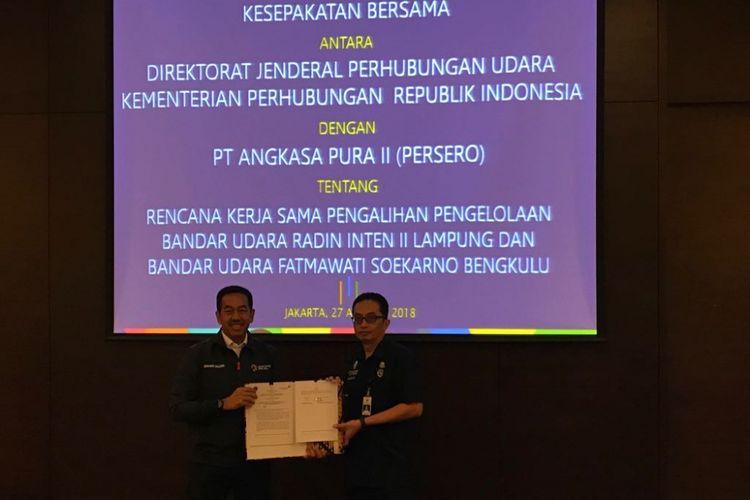 Direktur Utama AP II Muhammad Awaluddin bersama Plt Dirjen Perhubungan Udara Kemenhub Praminto saat menandatangani kerja sama di Jakarta, Senin (27/8/2018).