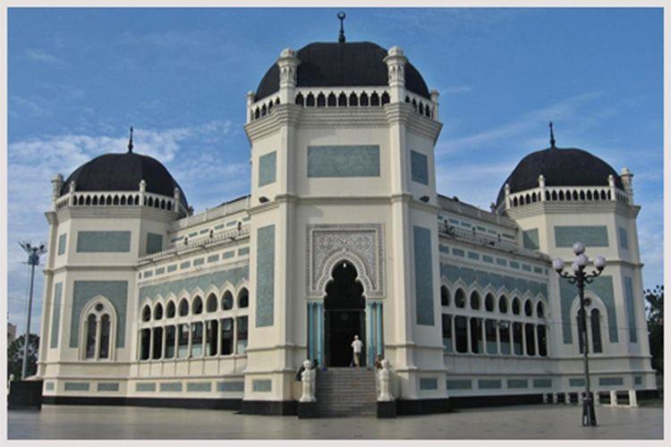 Masjid Raya Medan atau Masjid Al-Mashun di Jalan Sisingamangaraja, Medan, Sumatera Utara.
