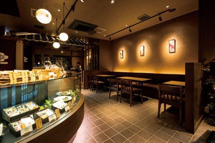 Bagian dalam toko dengan suasana kafe / Saryo Suisen Takatsuji-honten