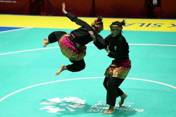 Pesilat ganda putri Indonesia,Ayu Sidan Wilantari dan Ni Made Dwiyanti bertanding dalam laga final yang berlangsung di Padepokan Pencak Silat Taman Mini Indonesia Indah, Jakarta, Rabu (29/8/2018). Mereka berhasil meraih medali emas