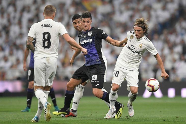 Luka Modric mendapat pengawalan ketat dari lawan saat Real Madrid menjamu Leganes dalam pertandingan La Liga Spanyol di Stadion Santiago Bernabeu, 1 September 2018.