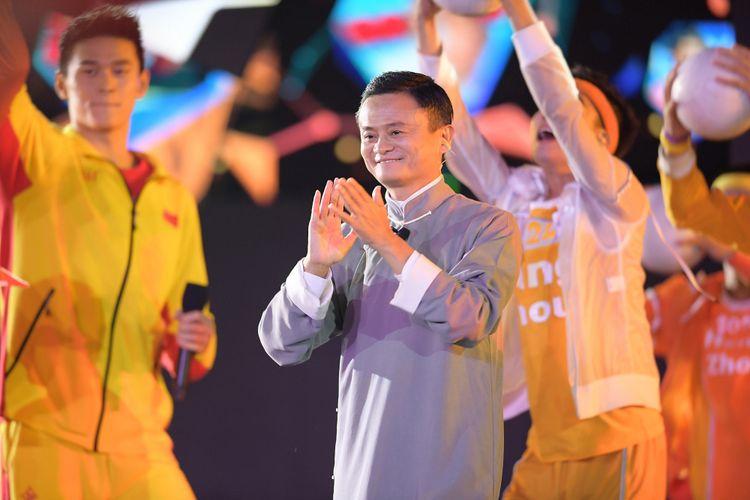 CEO Alibaba Group Jack Ma (tengah) menyemarakkan Upacara Penutupan Asian Games ke-18 Tahun 2018 di Stadion Utama GBK, Senayan, Jakarta, Minggu (2/9/2018).