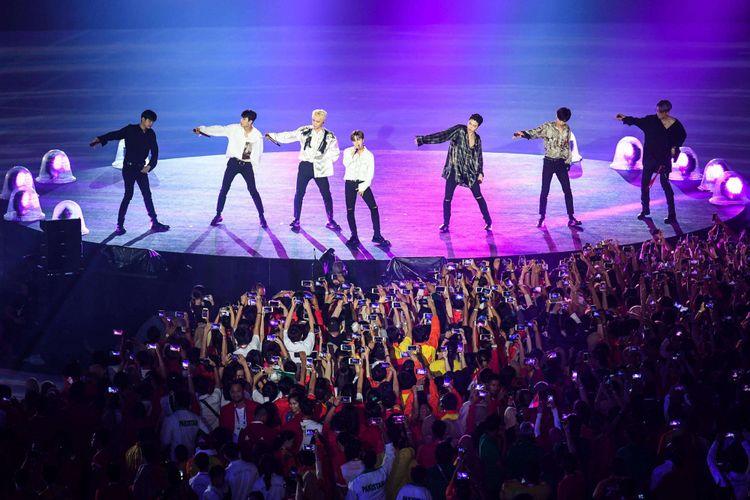 Boyband K-pop iKON tampil dalam upacara penutupan Asian Games 2018 atau yang ke-18 di Stadion Utama Gelora Bung Karno (GBK), Senayan, Jakarta Pusat, Minggu (2/9/2018).