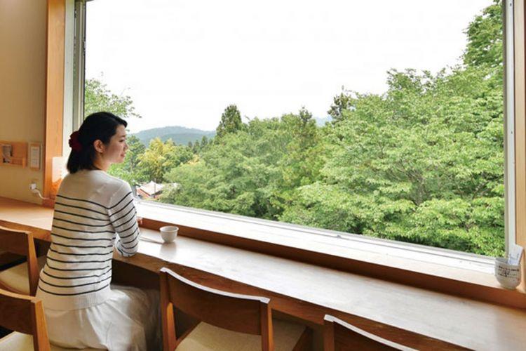 Meja konter merupakan kursi spesial karena bisa melihat langsung pemandangan.