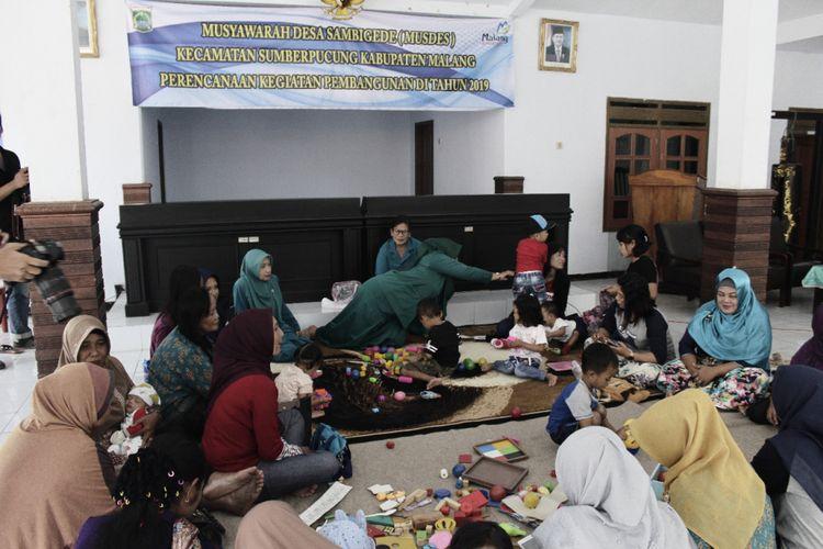 Bidan Asri Dewi Wahyuningtyas, melakukan penyuluhan soal pentingnya KB terhadap warga di desa Sambigede, Kecamatan Sumberpucung, Malang Rabu (05/09/2018)