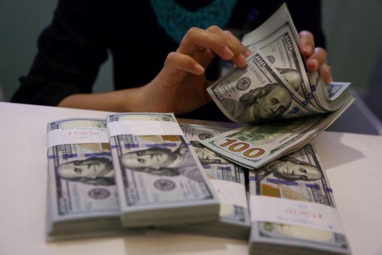 Petugas menghitung Dollar AS di Kantor Cabang Plaza Mandiri, Jakarta, Jumat (3/8/2018). Berdasarkan kurs referensi Jakarta Interbank Spot Dollar Rate (Jisdor), nilai tukar rupiah pada Jumat (3/8/2018) sebesar Rp 14.503 per dollar AS. Pelemahan rupiah masih terus terjadi.  KOMPAS/PRIYOMBODO (PRI) 03-08-2018