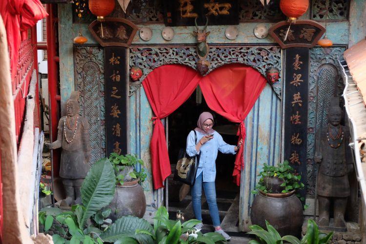Pengunjung sedang berada di Roemah Coffee Loe Min Toe, Malang, Jawa Timur.