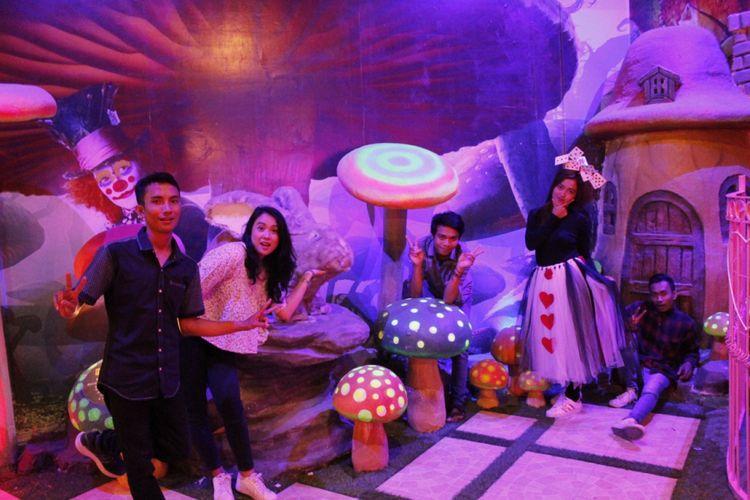 Sejumlah pengunjung saat berfoto di The Miracle, Jatim Park 3, Kota Batu, Jawa Timur