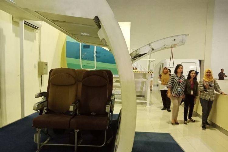 Suasana fasilitas latihan simulator, untuk melatih kabin kru dan pilot teknik pelayanan, penampilan, komunikasi, keamanan, dan pengamanan di Garuda Indonesia Training Centre, Duri, Jakarta Barat, Senin (10/9/2018).