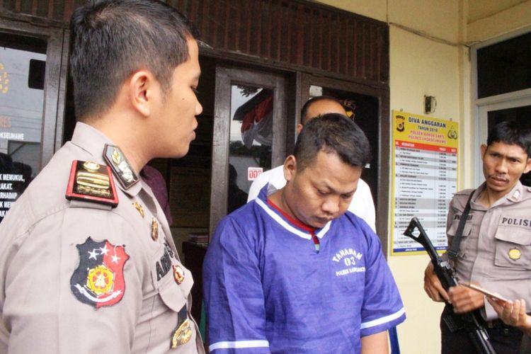 Polisi memperlihatkan tersangka Praka Yusni intel gadungan di Mapolsek Banda Sakti, Lhokseumawe, Aceh, Selasa (11/9/2018)