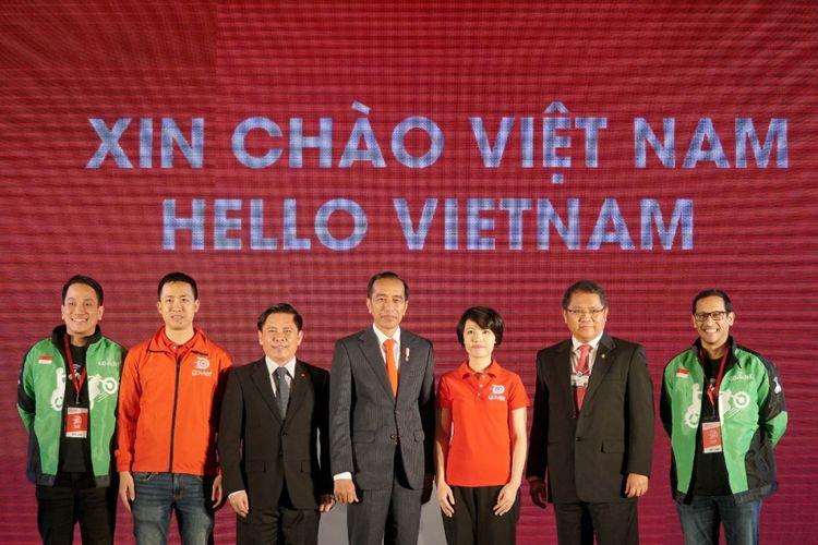 Presiden Joko Widodo dan Menkominfo Rudiantara (berjas dan dasi merah) bersama CEO Go-Jek Indonesia, Nadiem makarim (paling kanan), beserta perwakilan Pemerintah Vietnam dalam acara Grand Launching Go-Viet di Hanoi, Vietnam, Rabu (12/9/2018).