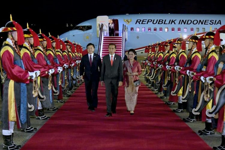 Presiden Jokowi dan Ibu Negara saat tiba di Korea Selatan, Minggu (9/9/2018).