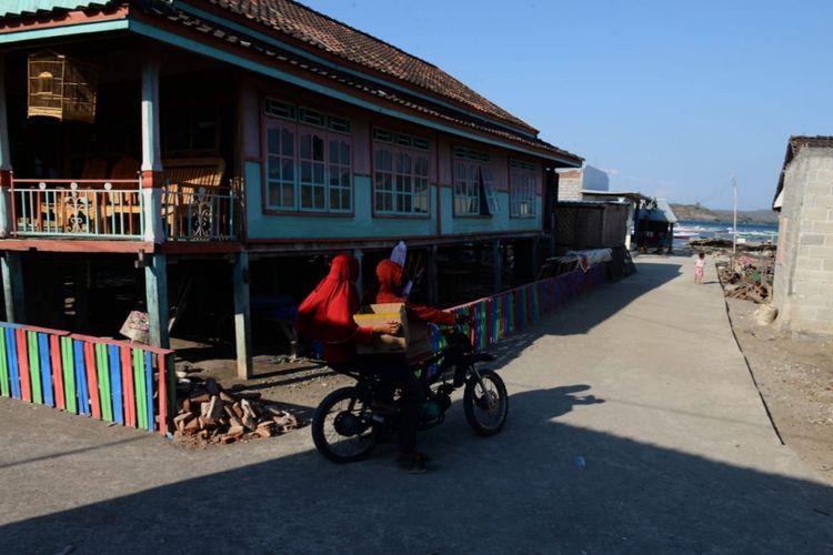 Pemanfaatan dana desa 2017 untuk betonisasi jalan di Desa Labuhan Ijuk, Kecamatan Moyo Hilir, Kabupaten Sumbawa, Nusa Tenggara Barat, Selasa (11/9/2018).