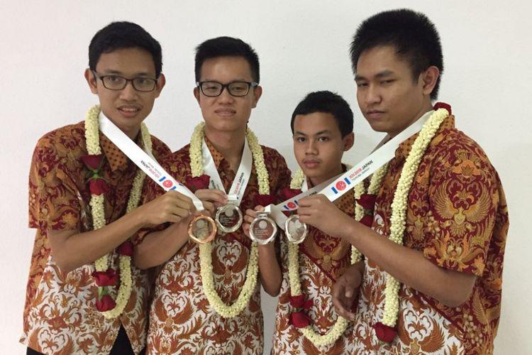 Siswa Indonesia meraih 3 medali perak dan 1 perunggu dalam International Olympiad in Informatics (IOI) ke-30 di Jepang.