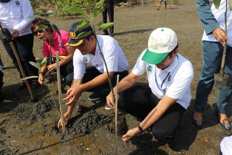 PT Indofood Tbk Divisi Bogasari melakukan penanaman 1.000 tanaman mangrove di pinggiran pesisir Pantai Marunda.