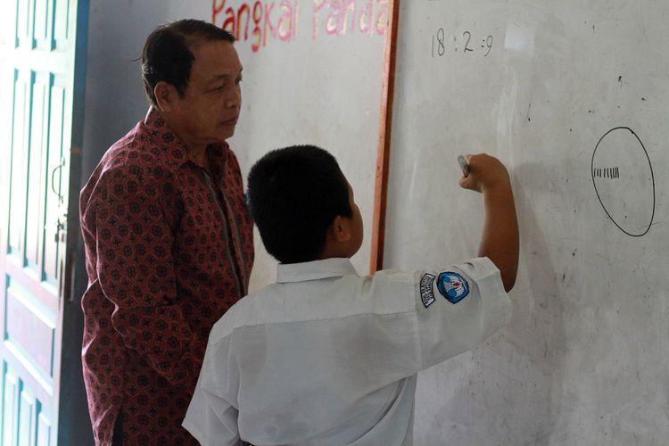 Nursaka saat mengikuti kegiatan belajar mengajar di ruang kelas 3, SD Negeri 03 Sontas, Kecamatan Entikong, Kabupaten Sanggau, Kalimantan Barat, Kamis (13/9/2018).