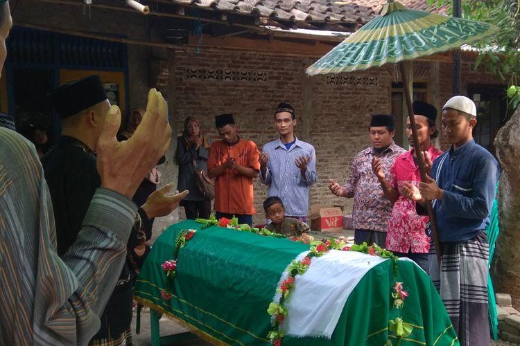 Pemakaman korban pembunuhan di lokalisasi Sunan Kuning Semarang. Kompas.com/Slamet Priyatin
