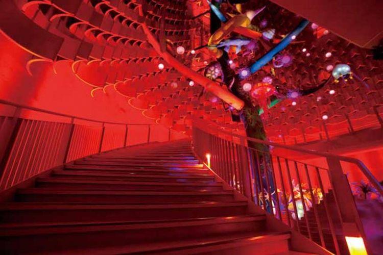 Walau pintu masuk menuju tangga yang asli terlarang, Anda tetap bisa merasakan atmosfer yang fantastis saat naik tangga spiral yang mengelilingi Pohon Kehidupan.