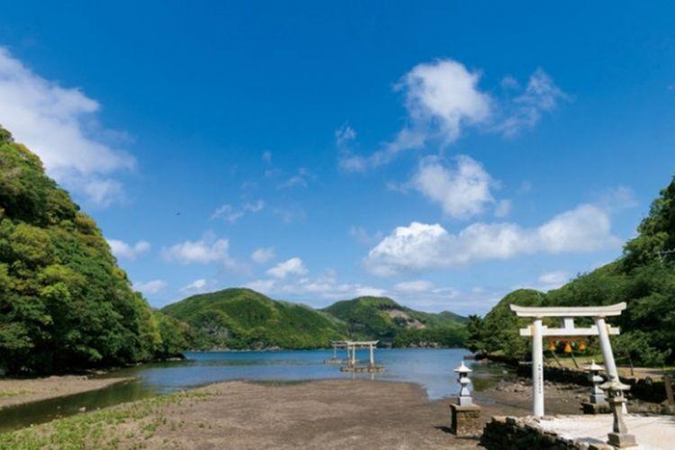 Torii pesisir laut kuil Watadzumi Jinja