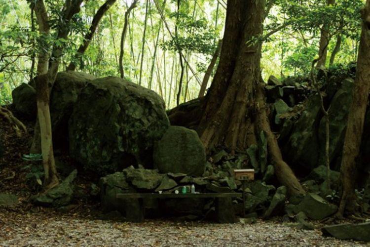 Makam Toyotamahime Nomikoto di belakang kuil.