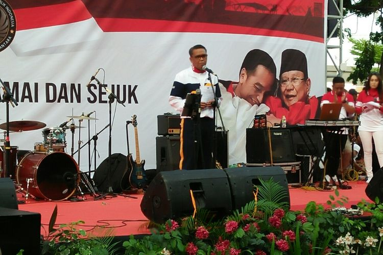 Gubernur Sulsel, Nurdin Abdullah membawakan sambutannya dalam acara deklarasi Pemilu 2019 damai di car free day Anjungan Pantai Losari,  Makassar, Minggu (16/9/2018) pagi.
