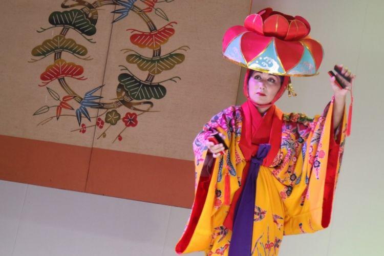 Seorang penari mengenakan Bingata, kimono khas Okinawa.