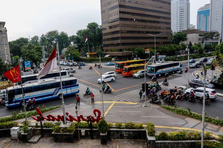 Suasana lalu lintas di kawasan Thamrin, Jakarta, Rabu (19/9/2018). Poldan Metro Jaya bekerja sama dengan Pemprov DKI Jakarta untuk melakukan tilang elektronik atau electronic traffic law enforcement (ETLE) yang akan diuji coba pada Oktober 2018 sepanjang jalur Thamrin hingga Sudirman.