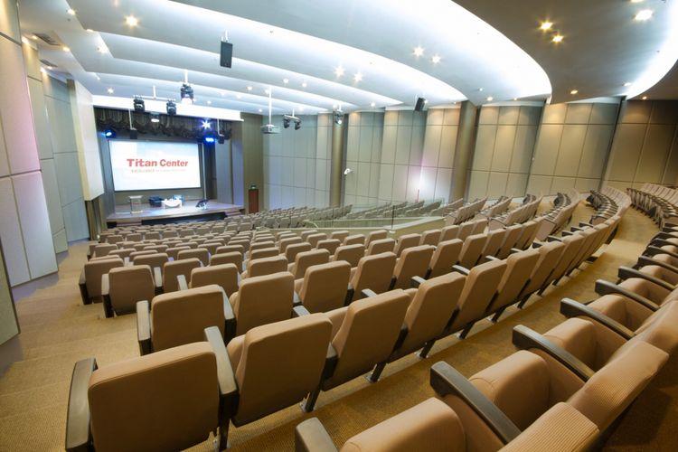 Fasilitas ruang theatre di Titan Center.