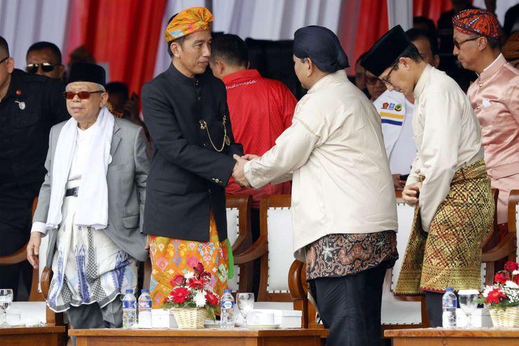 Pasangan Capres-Cawapres nomor urut 1 Joko Widodo (kedua dari kiri)-Maaruf Amin (kiri) dan nomor urut 2 Prabowo Subianto (kedua dari kanan)-Sandiaga Uno pada Deklarasi Kampanye Damai dan Berintegritas di Kawasan Monas, Jakarta, Minggu (23/9/2018). Deklarasi tersebut bertujuan untuk memerangi hoaks, ujaran kebencian dan politisasi SARA agar terciptanya suasana damai selama penyelenggaraan Pilpres 2019.