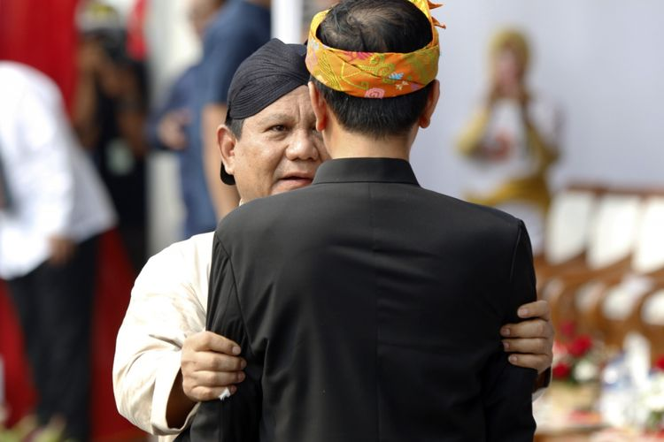 Capres urut 1 Joko Widodo dan nomor urut 2 Prabowo Subianto berjalan bersama pada Deklarasi Kampanye Damai dan Berintegritas di Kawasan Monas, Jakarta, Minggu (23/9/2018). Deklarasi tersebut bertujuan untuk memerangi hoaks, ujaran kebencian dan politisasi SARA agar terciptanya suasana damai selama penyelenggaraan Pilpres 2019.