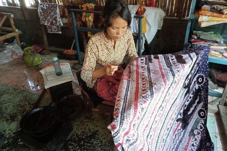 Salah seorang pekerja di Rumah Batik Senang Hati milik Carwati, di Kompleks Paoman, Indramayu, sedang membatik.