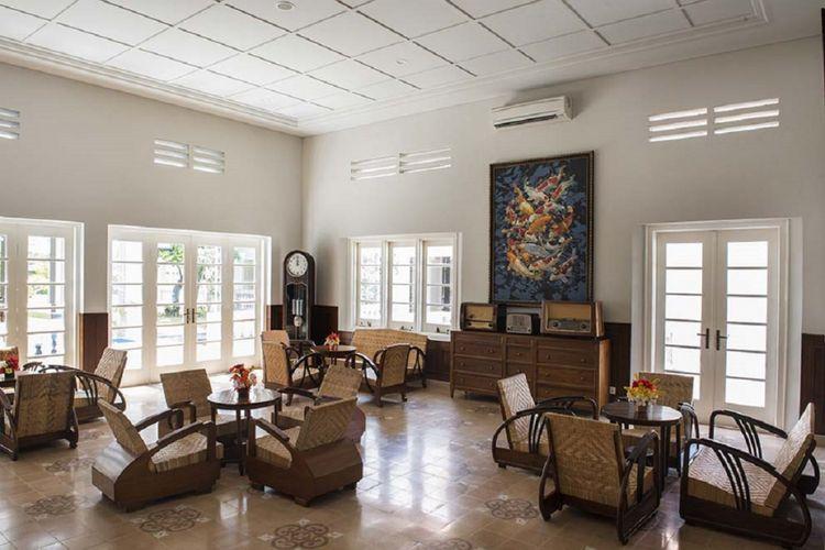 Interior gedung memiliki keselarasan dengan arsitektur bangunan, termasuk perabot yang ada di dalamnya.