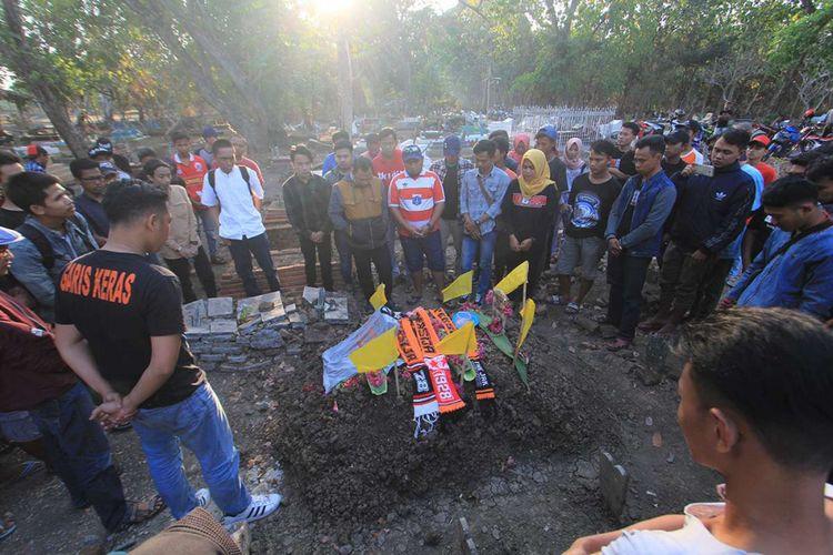 Sejumlah Pendukung Klub Sepak Bola Persija Melakukan Ziarah Ke Makam Haringga Sirila Di Indramayu Jawa