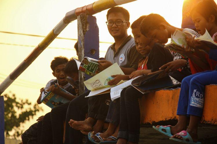Kegiatan membaca bersama di Rumah Baca Lembah Sibayak di Kabupaten Karo, Sumatera Utara.