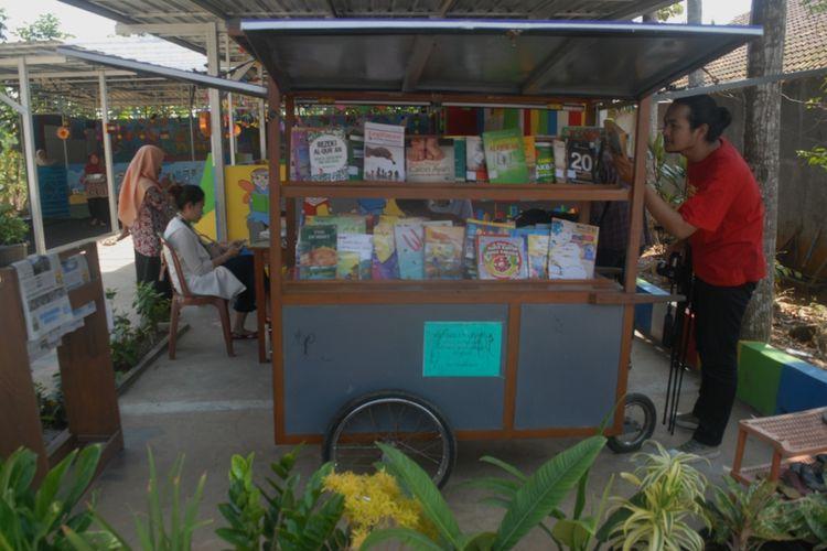 Suasana Taman Bacaan Masyarakat (TBM) Wadas Kelir di jalan Wadas Kelir, Kelurahan Karangklesem, Kecamatan Purwokerto Selatan, Kabupaten Banyumas, Jawa Tengah, Senin (20/8/2018).