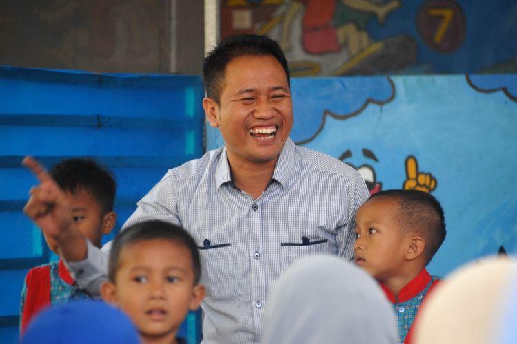 Heru Kurniawan, pengagas Taman Bacaan Masyarakat (TBM) Wadas Kelir saat mengajar di TBM Wadas Kelir di jalan Wadas Kelir, Kelurahan Karangklesem, Kecamatan Purwokerto Selatan, Kabupaten Banyumas, Jawa Tengah, Senin (20/8/2018).