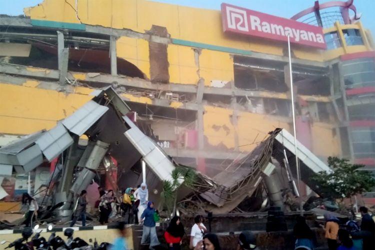 Sebuah bangunan pusat perbelanjaan yang roboh akibat gempa di Palu, Sulawesi Tengah, Jumat (28/9/2018).